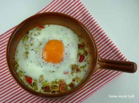 Pečena jaja na postelji od poriluka
