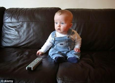 Photo bébé mimi regarde la télé