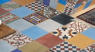 pola motif lantai keramik di ruangan
