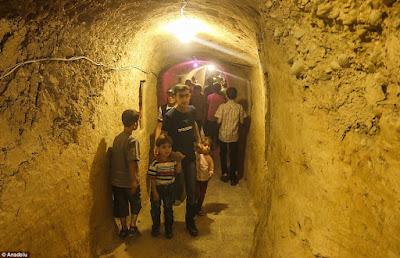 Στη Συρία, ακόμη και οι παιδικές χαρές, είναι σε τούνελ-καταφύγια (Φωτο)