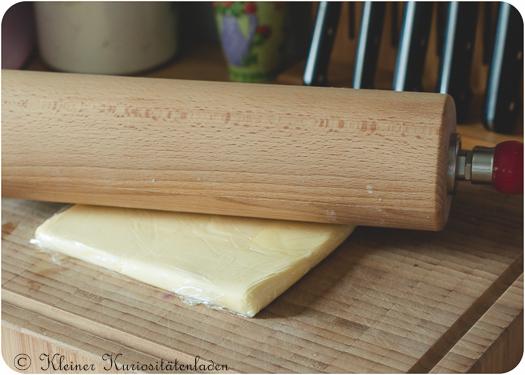 In Frischhaltefolie einschlagen und mit dem Rollholz glattrollen