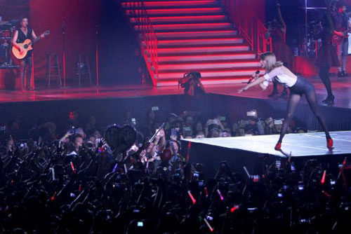 Foto Antusias Penonton Di Konser The Red Tour