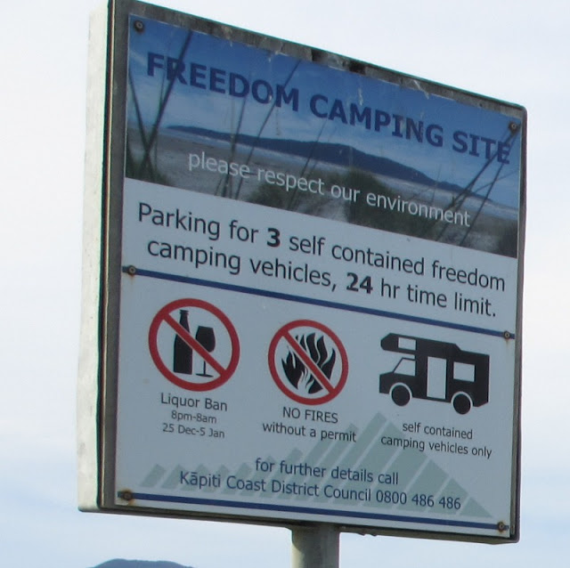 Freedom camping ved Raumati Beach i New Zealand