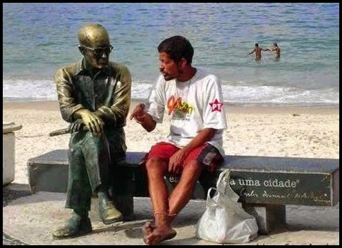 Hombre hablando con estuata.