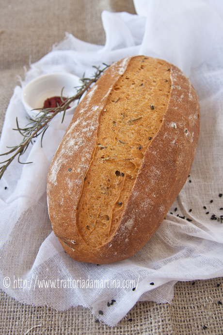 Pane al pomodoro con rosmarino e semi di nigella