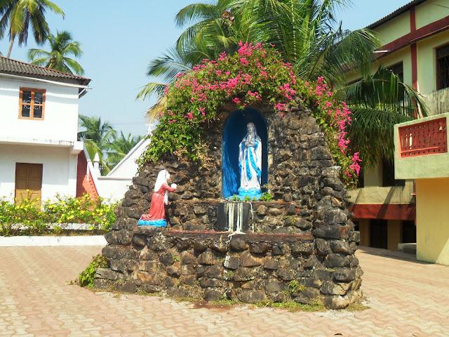 двор католической церкви в Индии