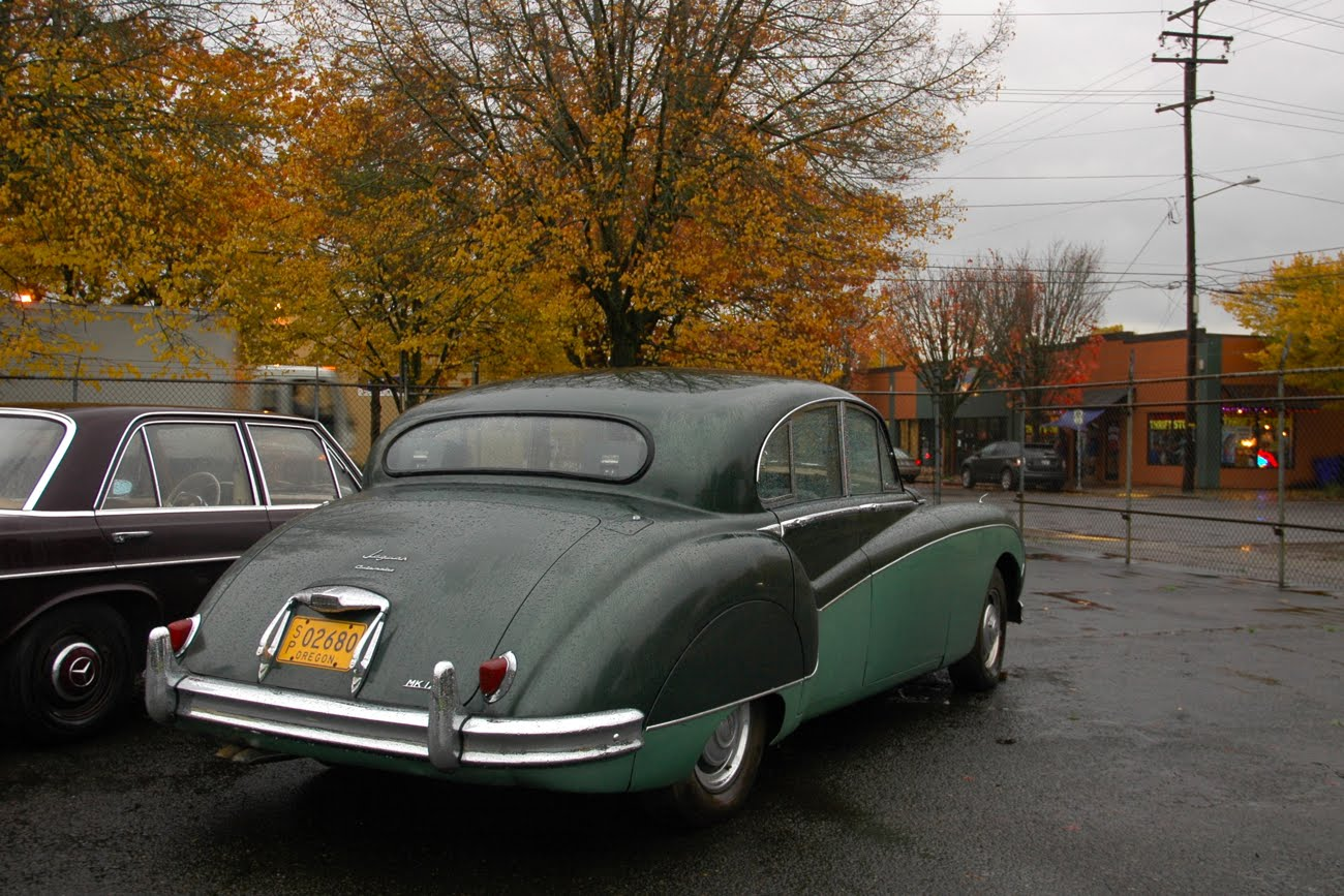 OLD PARKED CARS.: 1959 Jaguar Mark IX.