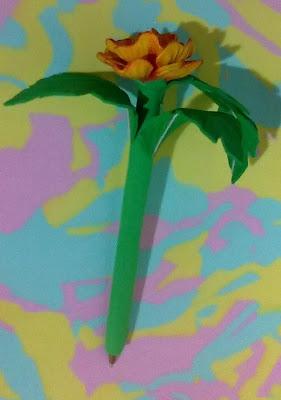 canetas bic decoradas em e.v.a utilizando o frisador da Camélia amarela mesclada de vermelha sem vaso