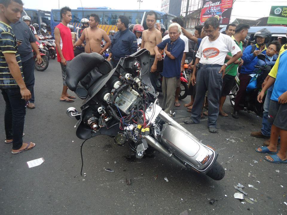 Foto Tabrakan Moge Harley davidson dengan Ambulan di ...