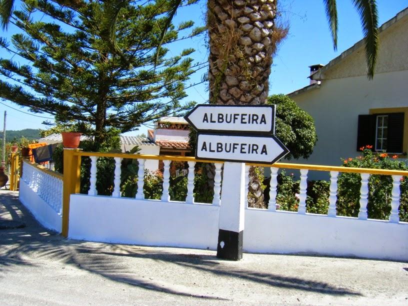 Ao ver esta placa, vire á direita, pois á esquerda é só zona de marina