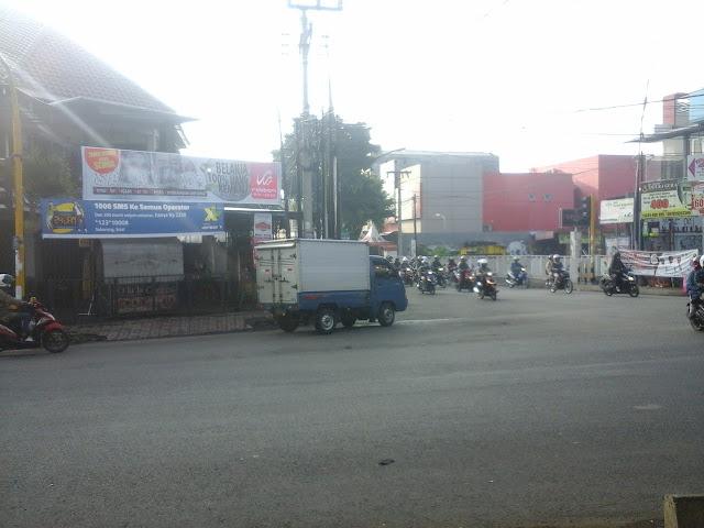 Pasang Spanduk di Jalang Soekarno Hatta (Lampu Merah)