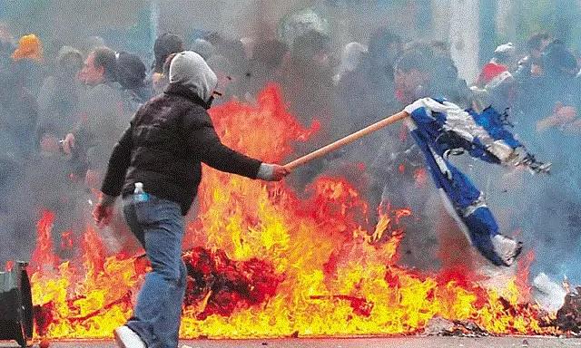 Δικογραφία εις βάρος ενός ατόμου για το κάψιμο της Ελληνικής σημαίας στον αγώνα της Εθνικής! στους κομμουνιστες δεν γίνεται το ίδιο!