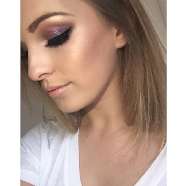 Makeup artist champagne pop
