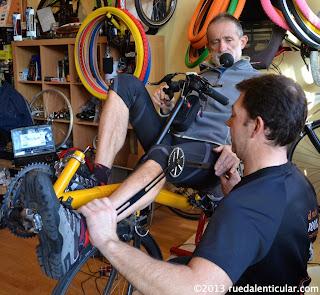 Hoy nos acompaña Fran Vacas, Recordman Mundial y uno de los mejores ciclistas de ultrafondo del mundo. Pero Fran Vacas es algo más que un ciclista, además tiene una empresa llamada Biociclismo que realiza estudios biomecánicos y entranamientos personales. Entre los diferentes servicios biomecánicos que ofrece hoy nos hablará sobre estudios biomecánicos sobre bicicletas reclinadas.