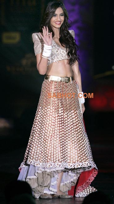 Sonam kapoor navel show ramp walk - Sonam kapoor Hot Ramp Walk Pics Collection