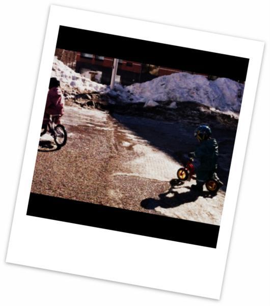 Lapset polkupyörillään