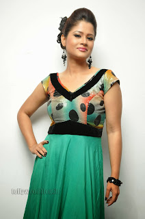 Shilpa chakravarthy Tv Anchor and Event Host in Cute Green Full Gown
