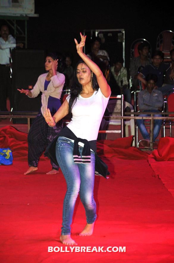 , Gauhar Khan, Shweta Tiwari, And Others @ Rehearsals Of 'shree Sankalap Prathisthan Dahi Handi'