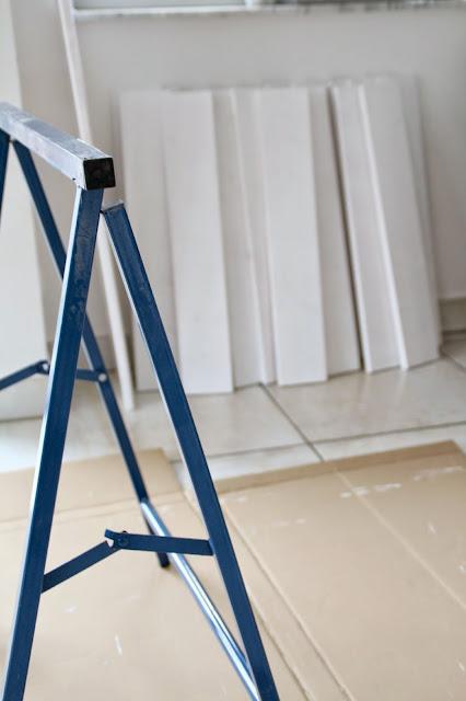 Böcke zum Streichen im Hintergrund weiße Bretter