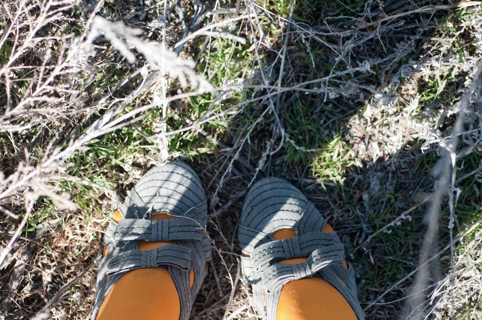 seychelles, mustard, mustard tights, bow shoes, bows, urban, heels, shoes, style, fashion, blogger, fashion blogger, gray, black thread,