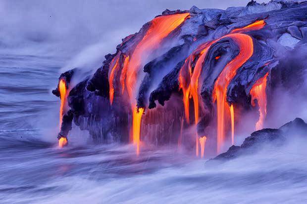 Lava do Vulcão Kilauea ao entrar em contato com o mar, Havaí
