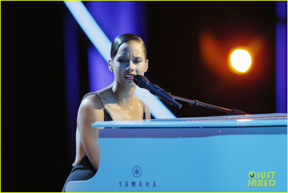 http://3.bp.blogspot.com/-LAH-0hPkNbo/UEt9kBAvP2I/AAAAAAAAPhQ/3g28iWP7ELQ/s1600/alicia-keys-not-even-a-king-for-stand-up-to-cancer-13.jpg