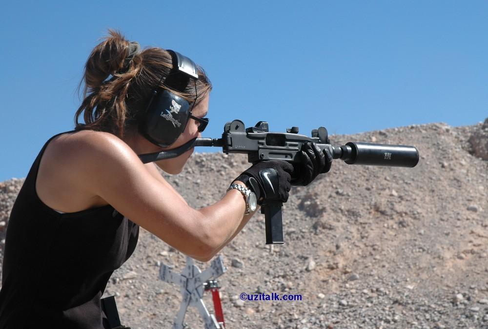фото девушка с пистолетом под юбкой