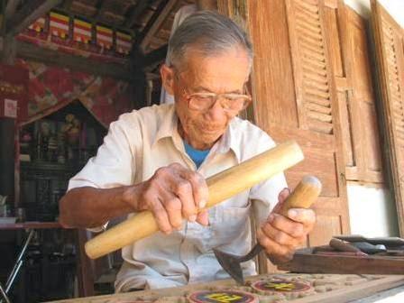 thợ mộc sửa chữa đóng mới đồ gỗ làm cẩn thận