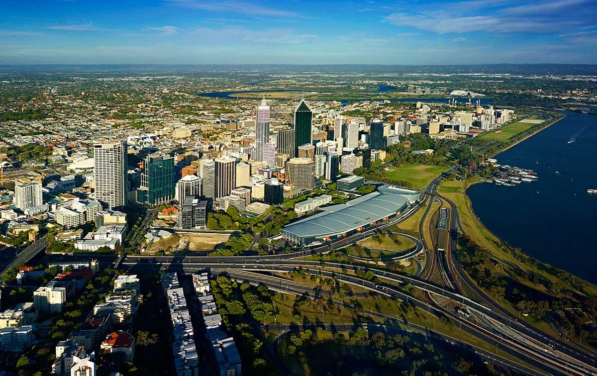 Perth Australia  city images : Perth está localizada junto ao estuário do rio Swan, entre o Oceano ...