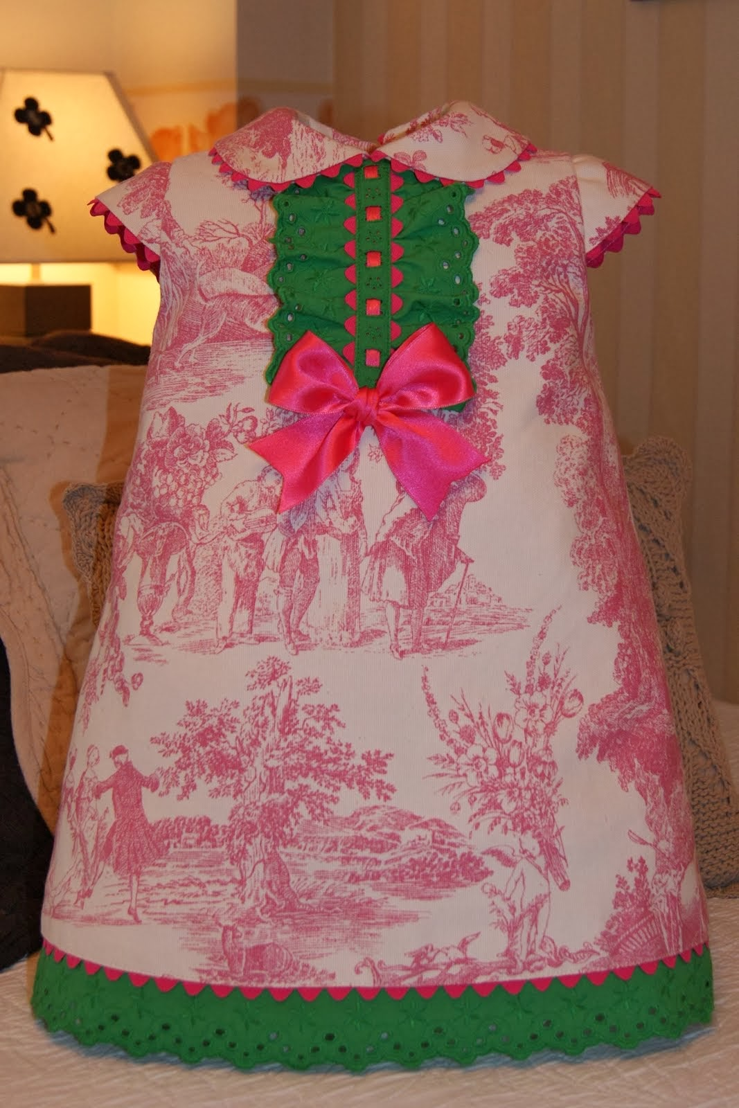 Vestido toile de Jouy rosa con tira bordada verde