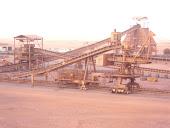 البساط المتحرك الذي ينقل خامات الحديد من المصنع إلي عربات القطار