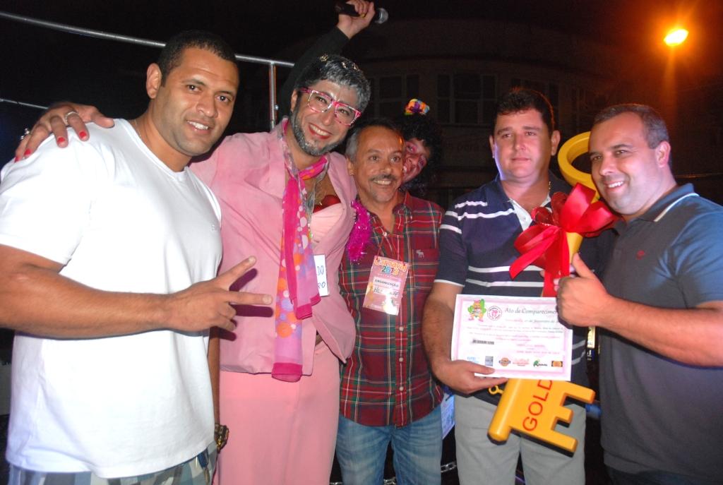 Prefeito Arlei, Secretário de Turismo, Henrique Carregal, Presidente da Câmara de Vereadores, Maurício Lopes, vereador Da Ponte e o Presidente do bloco 'Piranhas da Serra' comemoram o sucesso do primeiro dia de carnaval