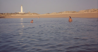 Vi esta mujer en forma y firme en la playa nudista