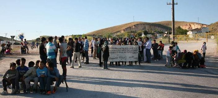 Κατάντια - Παράνομοι μετανάστες έκλεισαν χθές την εθνική οδό Λάρισας - Τρικάλων