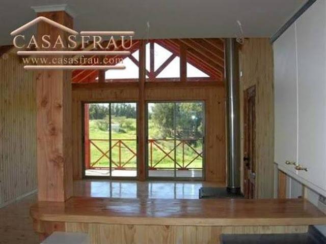 Ambiente de una casa prefabricada de madera producida en Chile