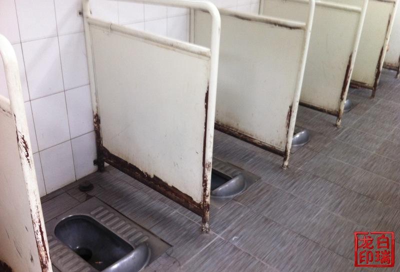 En offentlig toalett i Beijing av det enklare slaget. Här är det ...