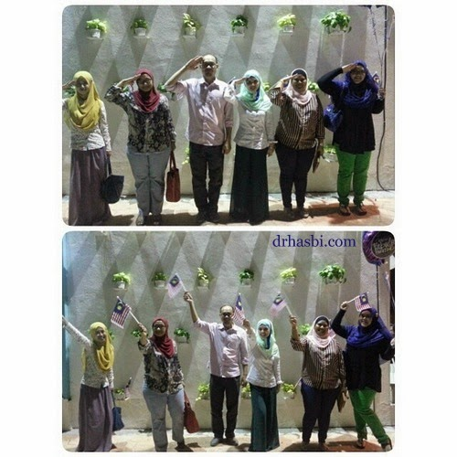 Berdiri tegak sempena Kemerdekaan ke 57 di kedai Cotton Craft Shah Alam