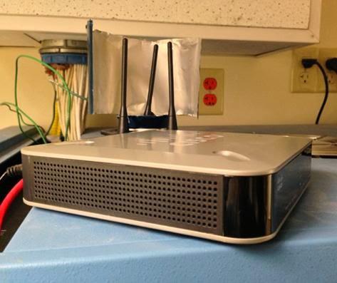 將剪開的鋁罐套在無線路由器天線上