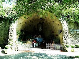Gruta Nossa Senhora de Lourdes, Carlos Barbosa. Gruta de pedra.