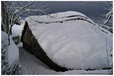 palloza bajo la nieve