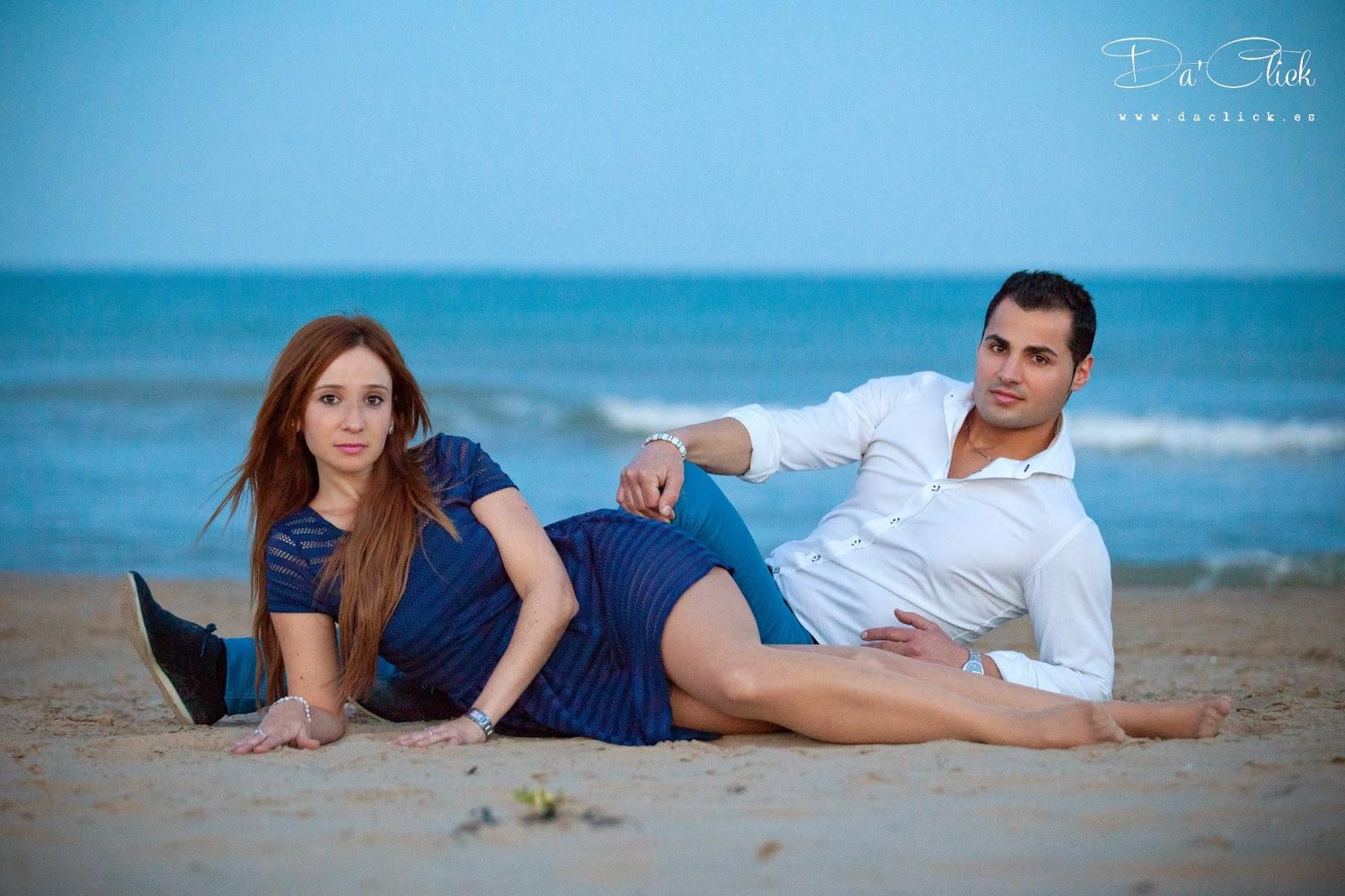 pareja en la arena de la playa vestidos de azul