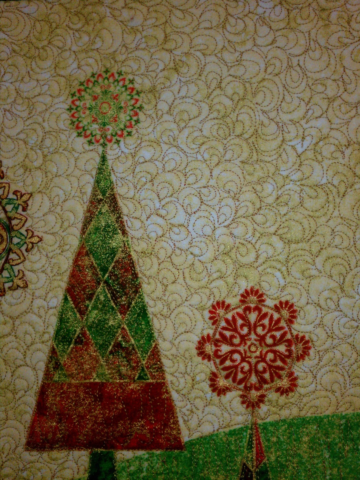 Back porch quiltworks red green gold christmas tree for Green and gold christmas tree