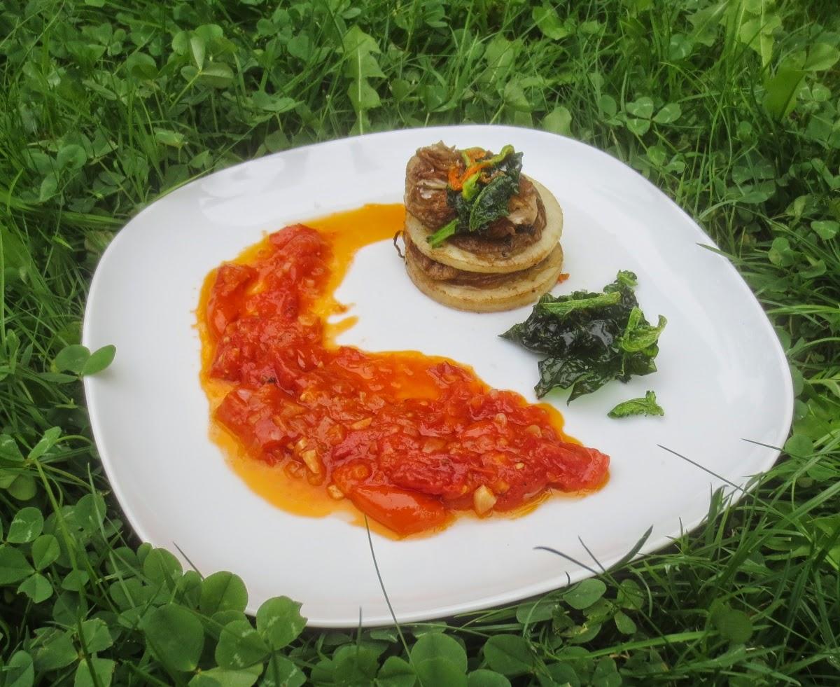 Kohlrabi-Parasol-Türmchen mit geschmolzenen Tomaten und frittiertem Grün