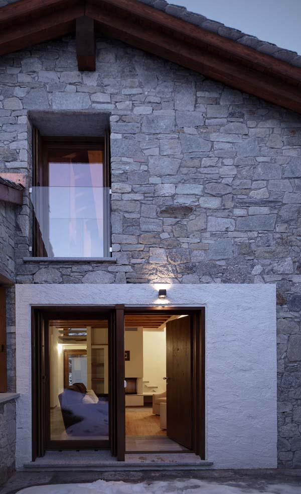 ventanas y puerta de la casa de pueblo
