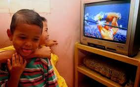 Dampak Negatif tayangan Televisi dan Tips Menonton buat anak. membimbing anak saat menonton film kesukaan.