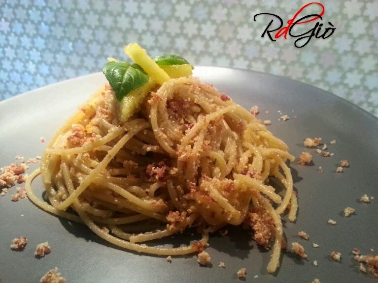 spaghetti integrali con ananas e panure croccante di pancetta affumicata