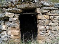 Detall de la porta d'entrada amb la llinda plana