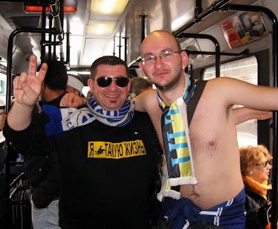 Российские баскетбольные фанаты в автобусе Турина