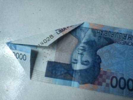 Gambar seni origami uang kertas bentuk merak