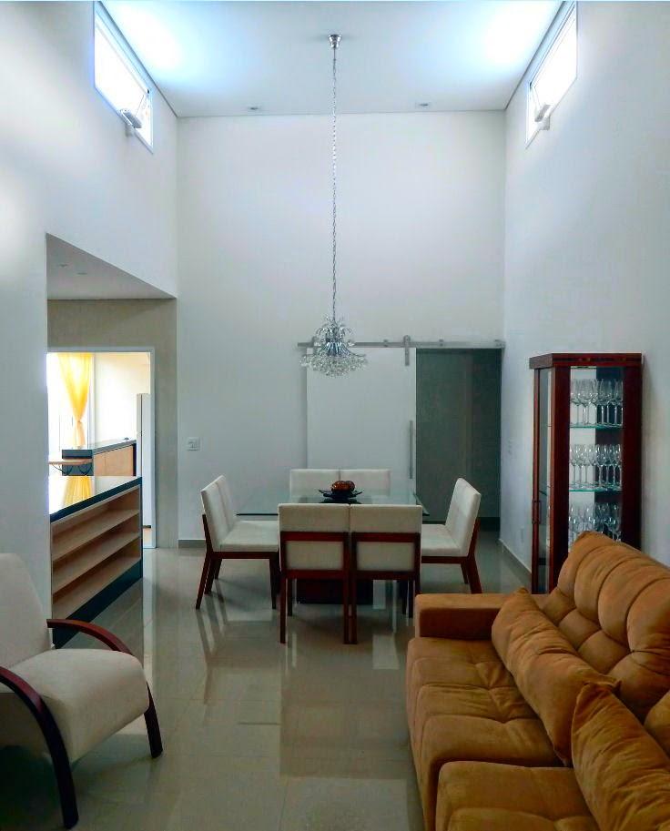 Bandeiras de iluminação e ventilação natural, controladas eletronicamente, garantem o conforto térmico nas salas de estar e jantar, mesmo em dias quentes de verão.